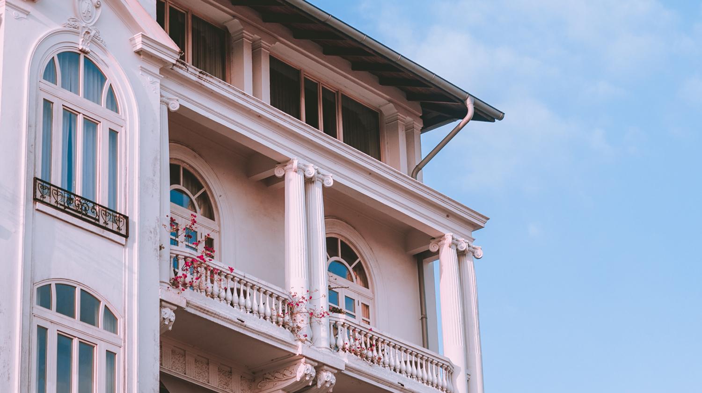 Hier ist ein Überstand über einem Balkon zu sehen
