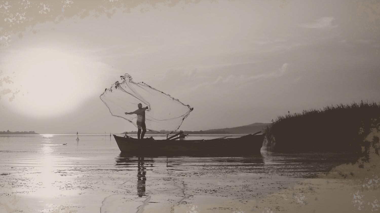 Dieses Bild zeigt einen Fischer mit einem Fischernetz
