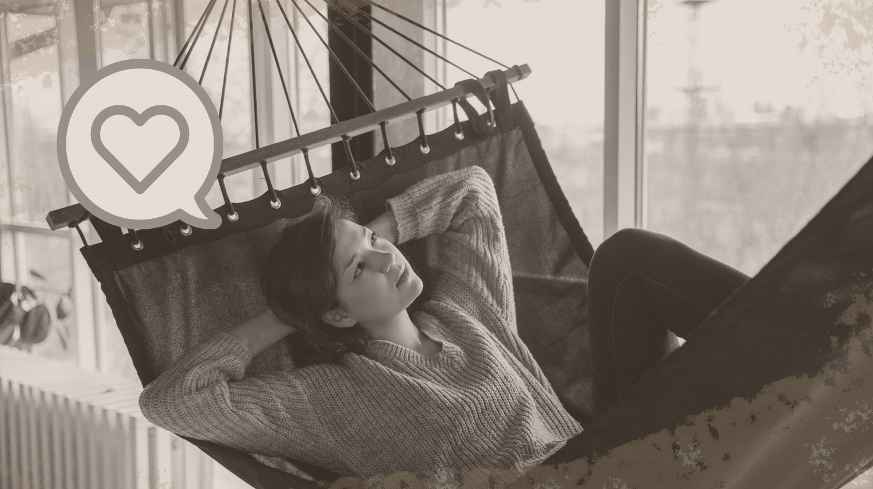 Dieses Bild zeigt eine Frau, die in einer Hängematte entspannt