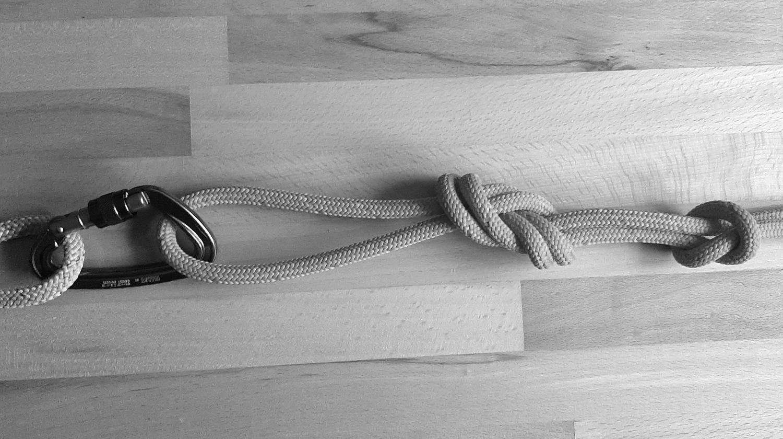 Auf dem Bild ist ein gelegter Doppelter Achter Knoten zu erkennen