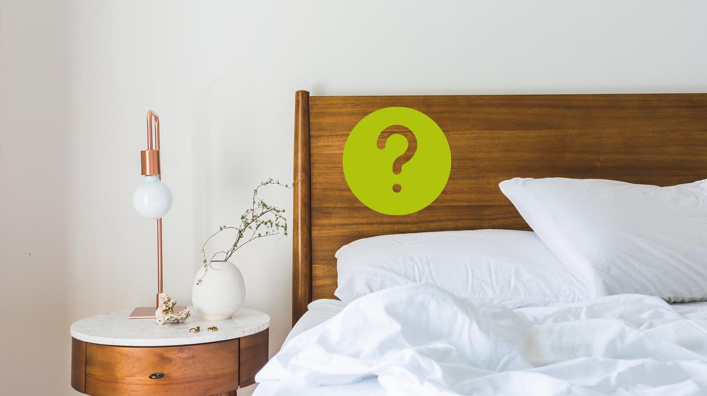 Dieses Bild zeigt ein Bett mit einem Fragezeichen