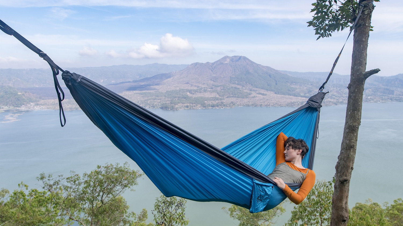 Dies ist eine Outdoor Hängematte, in der man schlafen kann