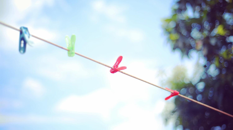 Dies ist ein Bild, das eine Wäscheleine zeigt, auf der Hängematten getrocknet werden können