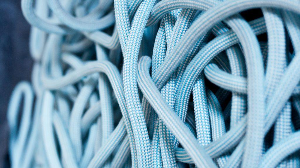 Dies ist ein Bild von einem Seil, mit dem man Hängematten Knoten legen kann
